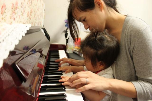 ピアノを引く乳幼児