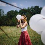 風船を膨らます少女