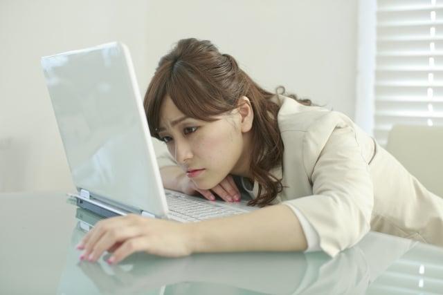 パソコン作業に疲れる女性