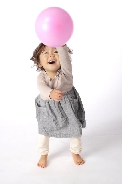 ボールで遊ぶ3歳児