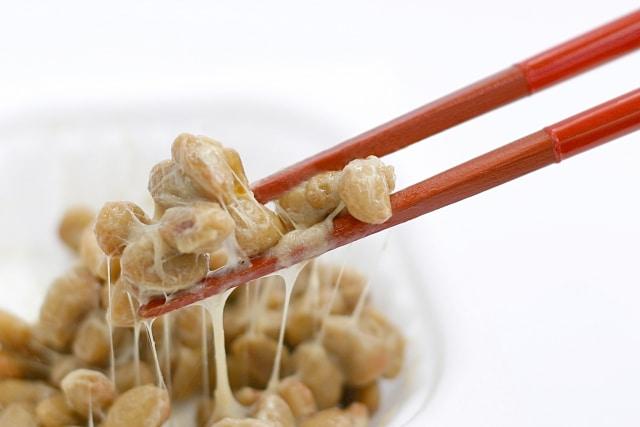 納豆をお箸でつかむ