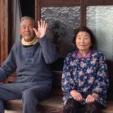 縁側に座る老夫婦