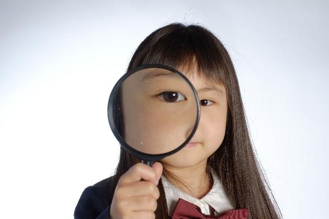 虫眼鏡をもった女の子